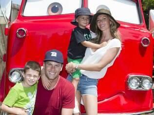 Gisele Bündchen se diverte com o enteado, o filho e o marido em parque da Disney
