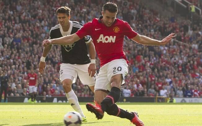 Van Persie aproveita rebote e marca para o Manchester United diante do Southampton