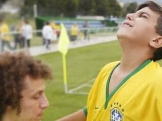 Camisa 4 da seleção brasileira tratou com enorme carinho um jovem torcedor, que se emocionou na presença de um dos ídolos
