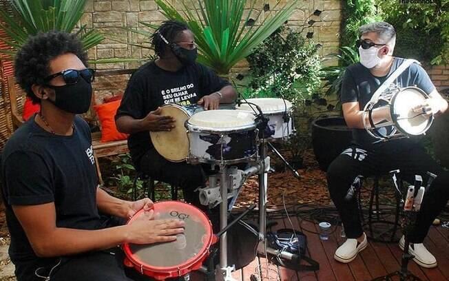 Marcinho, percussionista, em live ao lado de Netinho de Paula