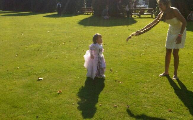 Ticiane Pinheiro com tranças de Rapunzel e Rafa vestida de princesa, no Hyde Park