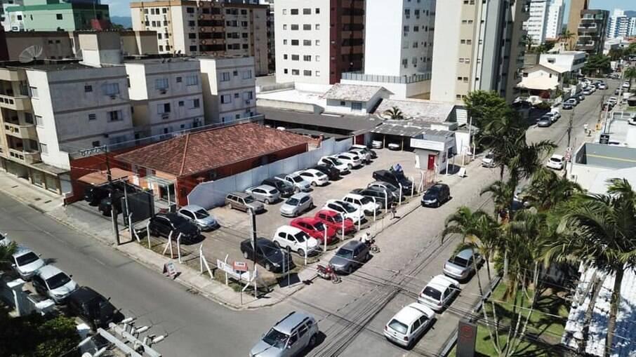 Muita gente não sabe, mas estacionar o carro na esquina pode levar a multa de R$ 130,16 e mais 4 pontos na CNH
