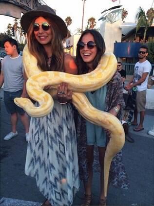Bruna Marquezine posa com cobra ao lado da amiga