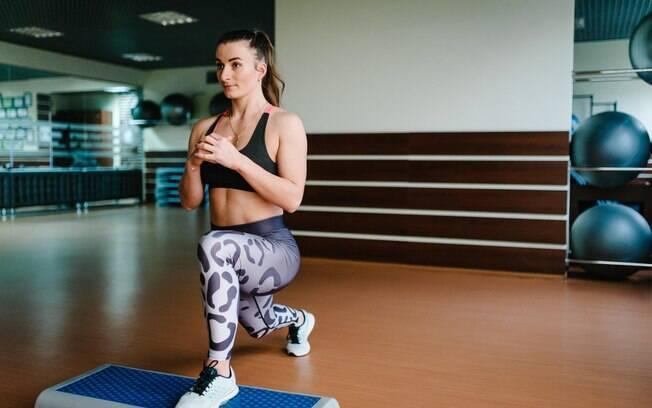 Para evitar dores muito intensas e insuportáveis após os exercícios com step, o indicado é ir com calma