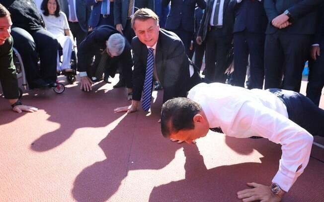 Doria e Bolsonaro fazem flexões juntos durante uma cerimônia em São Paulo