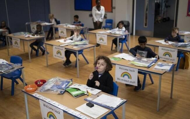 Carteiras viradas para frente, em vez de todos sentados juntos no chão: o novo formato na educação infantil