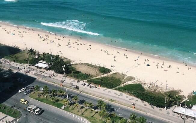 Praia volta a ter frequentadores mesmo com proibição da prefeitura