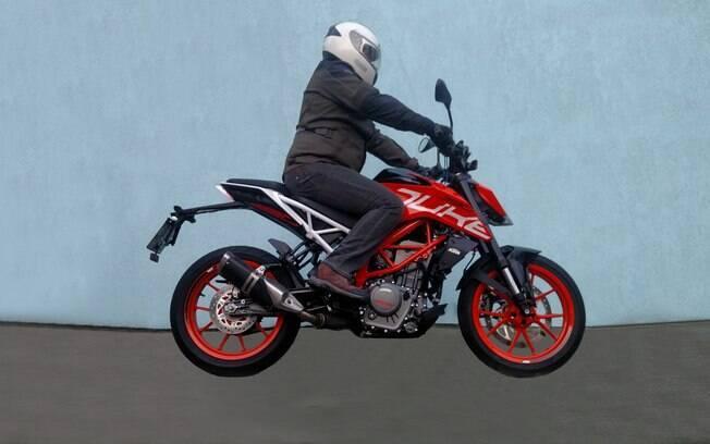 A posição de pilotagem da nova KTM 390 Duke é um pouco esportiva e condiz com o visual da motocicleta