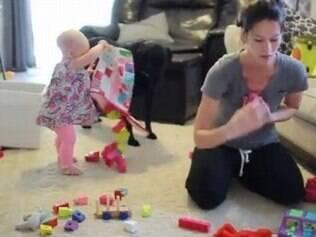 Vídeo mostra sufoco de uma mãe tentando arrumar a casa