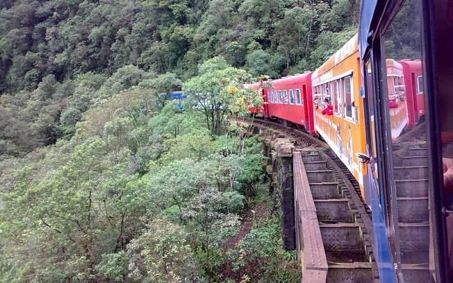 Trem sai de Curitiba para Morretes, passando por dentro da Serra do Mar, entre pontes, túneis e paisagens exuberantes