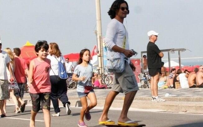André Golçalves anda de skate enquanto filhos o acompanham na corrida