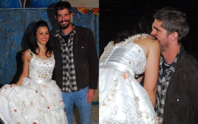 Vestida de noiva, Suzana Alves recebe o carinho do marido Flávio Saretta