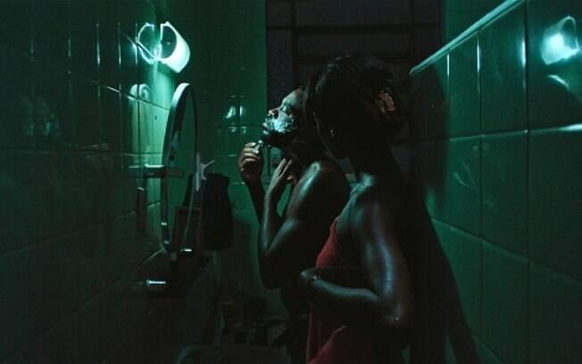 Fabrício Boliveira divide as cenas com Samira Carvalho, com quem faz um casal em