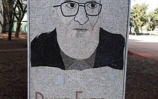 Ministro da Educação caçoa de mural com imagem de Paulo Freire em frente ao MEC