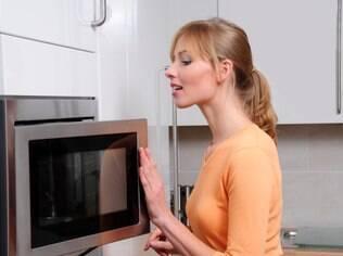 Usar objetos pontiagudos para limpar o micro-ondas, mesmo que envolvidos em espuma ou tecido, pode danificar o revestimento de segurança