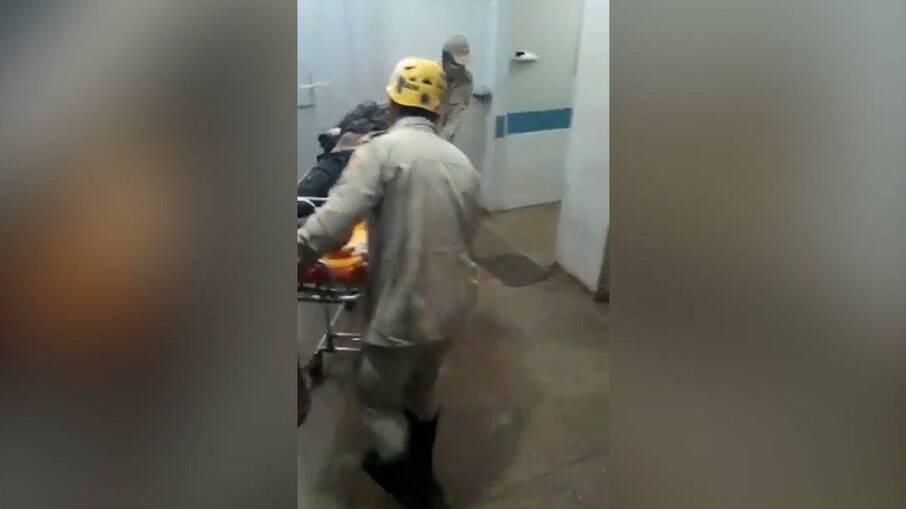 Após preso e baleado, Lázaro chega ao hospital