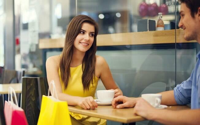 Se a conheceu por aplicativo ou redes sociais, convide-a para um encontro rápido, como um café