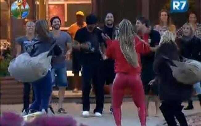 Os peões dançam enquanto Valesca canta