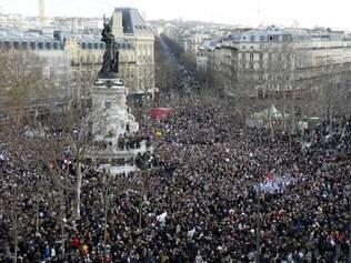 Parisienses se reúnem na praça da República neste domingo (11)