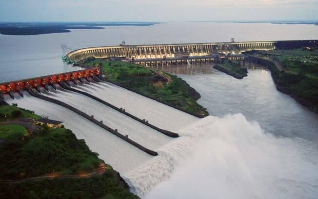 Energia produzida pela usina binacional de Itaipu é compartilhada entre Brasil e Paraguai