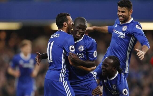Chelsea goleia Manchester United e entra na briga pelo título inglês