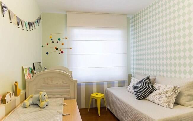 Neste quarto existe uma composição de papel de parede. Ele aparece embaixo da janela e na parede da cama. Cria um espaço harmonioso e tranquilo para o bebê.