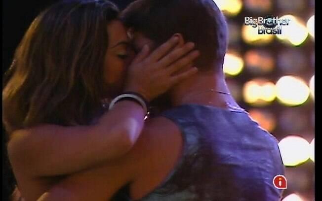 Jonas e Monique dão beijaço durante o show de Jota Quest