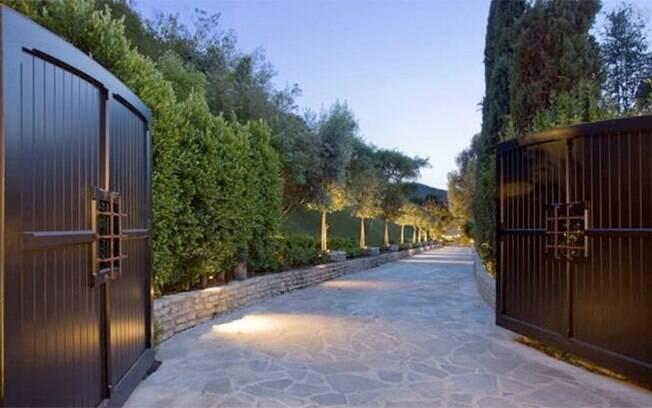 A propriedade fica em Beverly Hills protegida por um portão que tem cerca de 400 metros de extensão