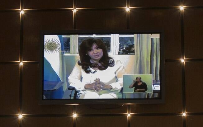 Televisão em um restaurante mostra discurso da presidente argentina Cristina Kirchner sobre a morte de promotor em Buenos Aires (26/01)