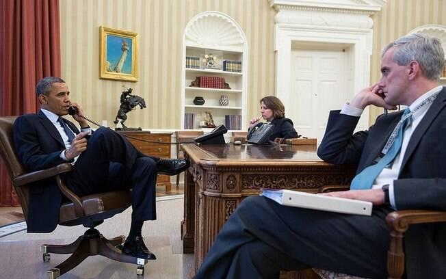 No Salão Oval, presidente dos EUA, Barack Obama, fala ao telefone com diretor do FBI, Robert Mueller, sobre as explosões em Boston (15/04). Foto: Casa Branca/Governo dos EUA/
