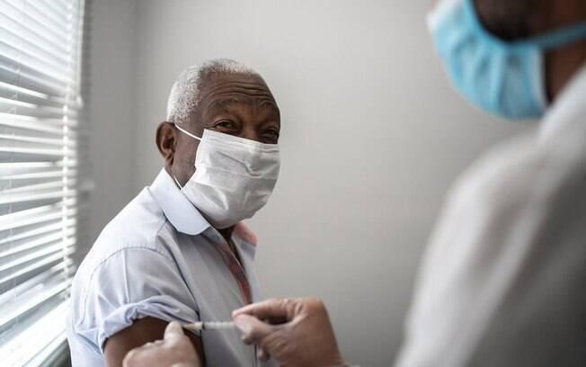 Covid-19: o que diz a Ciência sobre risco de vacina a idosos de saúde frágil