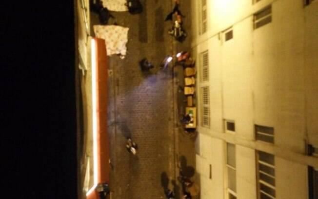 Moradores jogam roupas de cama pelas janelas para que corpos nas ruas sejam cobertos