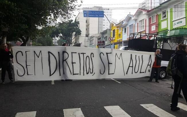 Nesta manhã, houve manifestações de professores e alunos na frente de algumas escolas particulares da capital paulista