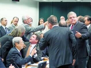 Tumulto.  Abertura da comissão foi marcada por bate-boca entre presidente e membros da comissão