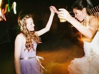Menina com a madrasta no dia do casamento com seu pai