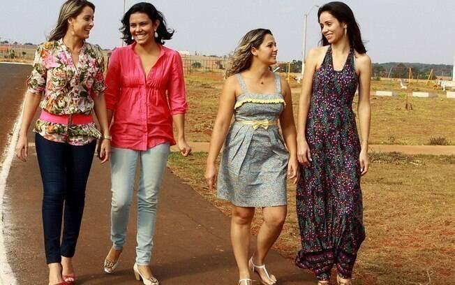 Confusão em família: as irmãs de criação Juliana e Luciene caminham juntas. Criadas pelos mesmos pais, Kátia e Katiane conversam