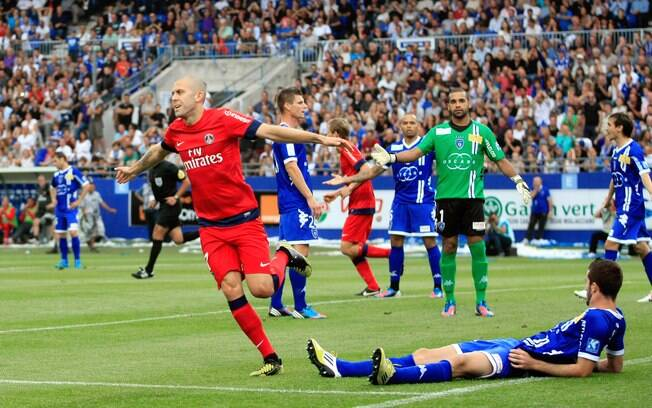 Goleada por 4 a 0 sobre o Bastia na sexta  rodada marcou a estreia do zagueiro brasileiro  Thiago Silva no campeonato