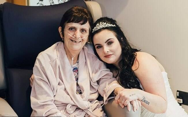 A noiva Kerry Webb precisou se casar às pressas no hospital para que a mãe com câncer terminal pudesse participar