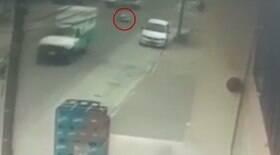 Ambulância em movimento deixa paciente cair no meio da rua