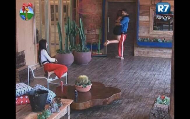 Sai tentação:  Gustavo Salyer arranca um abraço de Nicole Bahls