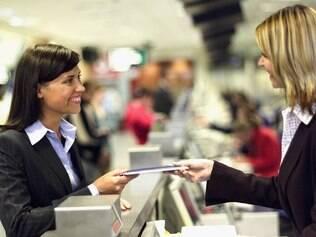 Ao chegar no aeroporto, procure pelo balcão de check-in da sua companhia aérea