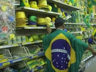 Procura.  Consumidores já começaram a comprar enfeites para acompanhar os jogos da Copa do Mundo