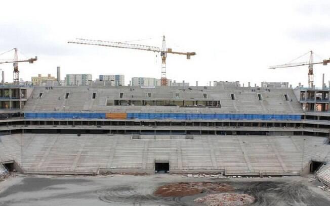 Vista centralizada de parte do local onde  ficará o campo do estádio.