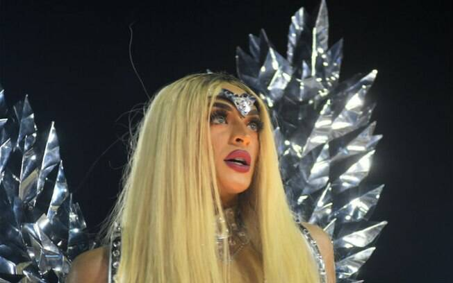 A cantora Pabllo Vittar se apresenta no palco Diversi durante o Pride Fest do Hopi Hari