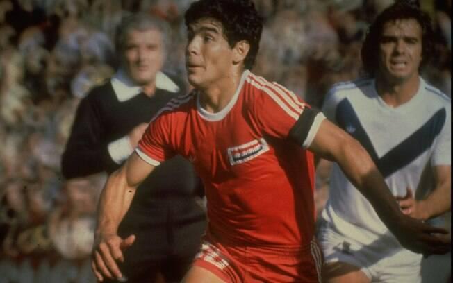 Diego Maradona em ação pelo Argentinos  Juniors, em 1977, no início da carreira  profissional