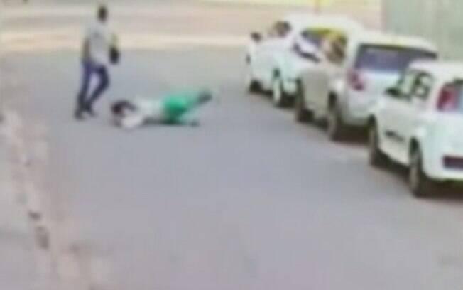 Mulher foi arrastada pelo próprio carro, que era levado por ladrão
