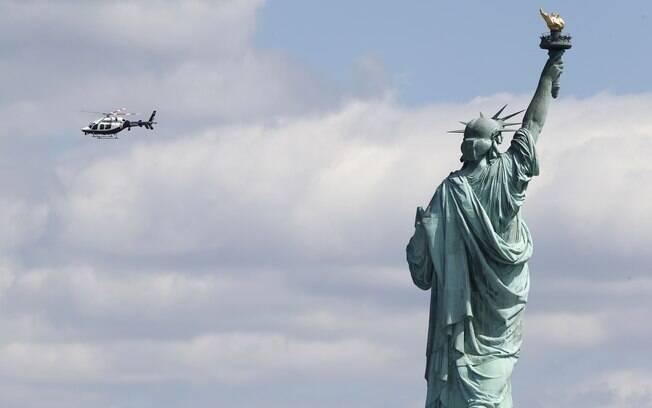 A polícia de Nova York sobrevoa a Liberty Island, onde a Estátua da Liberdade foi esvaziada após pacote suspeito ter sido encontrado