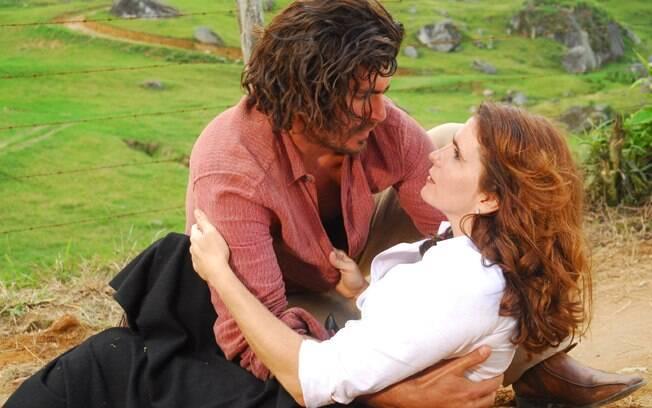 Eva (Malu Mader) nos braços de Conrado (Thiago Lacerda) em