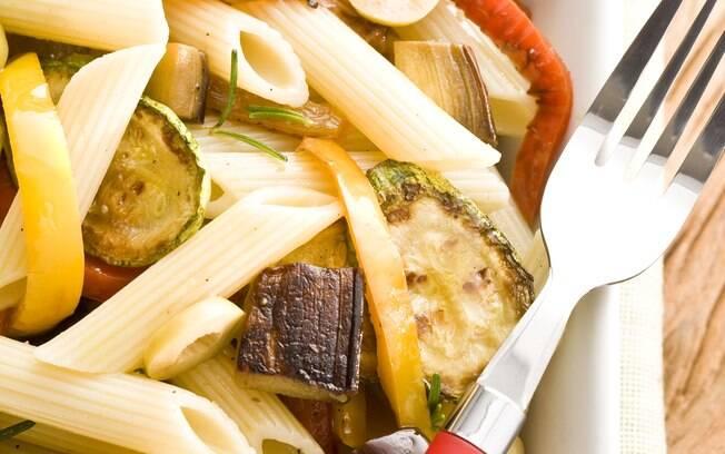 Foto da receita Salada de penne com legumes grelhados pronta.