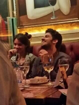 Laura Neiva e Chay Suede curtem noite juntos em restaurante de São Paulo